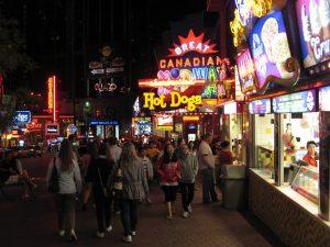 Sự đông đúc nhộn nhịp ở bờ Canada sẽ đem đến cho mọi du khách những đêm nghỉ thú vị và đáng nhớ trong đời