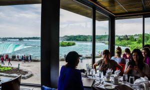 Ai lại không muốn một lần dùng bữa thịnh soạn vừa ngắm thác nước trứ danh Niagara cạnh bên?