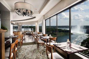 Phía bờ Canada là nơi tọa lạc của rất nhiều nhà hàng sang trọng với vị trí ấn tượng