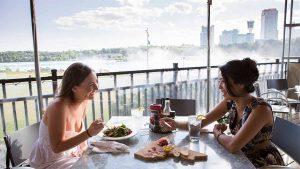 Những nhà hàng trên cao với không gian thoáng đãng sẽ là nơi tuyệt vời cho những cuộc trò chuyện trong những chuyến đi xa
