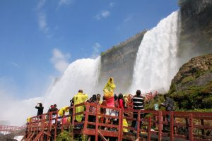 ...thì phía bờ Mỹ lại đưa du khách đến những trải nghiệm thú vị gần gũi với khu thác hùng vĩ bậc nhất Thế giới