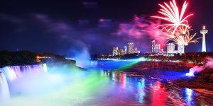 Hệ thống đèn chiếu và pháo hoa rực rỡ khiến thác Niagara lại mang một vẻ đẹp hiện đại rất riêng vào ban đêm